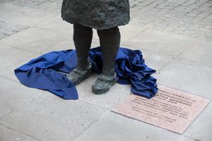Skylten till Christina Sandberg-statyn blev omdiskuterad efter att statyn invigdes i maj.