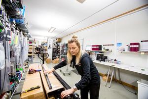 Lina Olofsson packar upp en stor beställning med slides för att ha ett välfyllt lager under vintern.