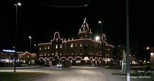 Vid jul kläs hela Tellushuset med ljusslingor och lyser upp likt ett pepparkakshus.