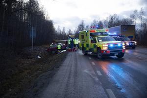 Sören har fortfarande lite problem med en fot, men som genom ett under skadades ingen i familjen Karlén allvarligt i olyckan. Familjens bil är den den röda, halvvägs ner i diket.
