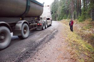 Där lastbilarna möts går gärna hjulen ut i vägrenen. Harald Holmsten pekar på skadorna som visat sig hittills.