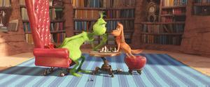 Samspelet mellan Grinchen och hans trogna följeslagare Max är en av filmens behållningar. Pressbild.Foto: Universal Pictures