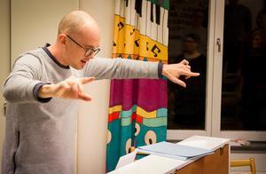 Kristofer Sundman dirigerar Jakobs vokalensemble i helgens konsert med Arvo Pärts