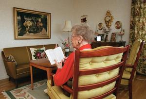 Läsa och skriva, fortsätta att arbeta och hålla kropp och själ i gång - det hör till ett värdigt åldrande. Bild: Erik G Svensson
