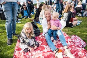 Therese Zachrisson från Järved med ettåriga Wilma och Leia, 4.
