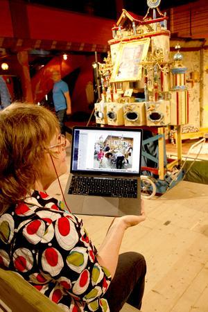 Tittskåpet Panopicum skapades 1997, då Trondheim firade 1000 år, berättar Cody Omvlee, och visar bilder från en kustfestival, då människor köade till tittskåpsteatern.