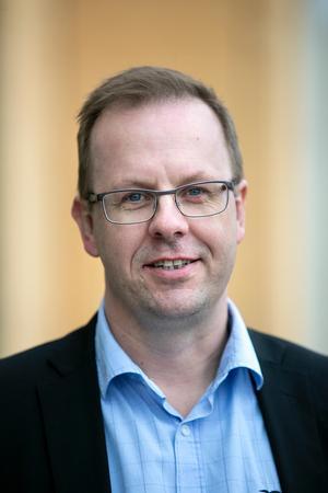 Håge Persson går ut i valrörelsen med målet att kasta ut Socialdemokraterna ur Stadshuset och bli kommunalråd. För att nå målet kan han tänka sig att samarbeta med Vänsterpartiet, på vissa villkor.