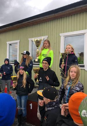 Tyra Bäckström fick kliva högst upp på prispallen, där även Moa Hammarbom och Tilda Jangbåge belönades. Foto: Privat