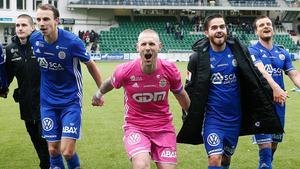 GIF jublar efter fjolårets premiärseger. Nu är det dags igen och det kommer att vara nya spelare på banan. Tommy Naurin är skadad och spelarna vid hans sidor; Kristinn Freyr Sigurdsson (Valur), Lars Gerson (IFK Norrköping), Kristinn Steindórsson (FH) och Eric Larsson (Malmö FF) har lämnat laget. Bild: Thérese Ny/TT