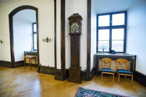 Snickerierna i hallen är typiska för 1920-talet.