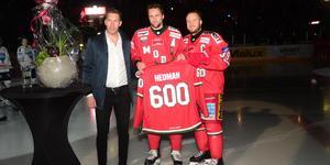 Oscar Hedman, 600 matcher, uppvaktades av Per Svartvadet och Tobias Enström. Bild: Robbin Norgren