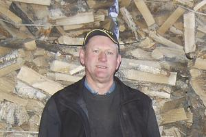 Denny Häverstam i Hallstavik är en av vedförsäljarna i kommunen. Efter stormen Alfrida har många ringt och hoppas på att kunna köpa torr ved att värma sina strömlösa hus med. – Man måste köpa ved före december om man ska ha en chans, säger han.