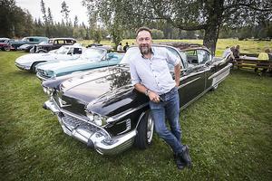 Ulf Löfvenberg med sin stora vräkiga mörklila Cadillac.