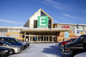E-center består av flera handelshus. Huset med bland annat Coop, ICA och Kicks ägs av Svenska handelsfastigheter sedan ett par år tillbaka.