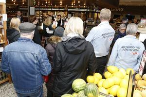 Sallad, meloner och ostar plockades ner i shoppingkorgen när middagen skulle inhandlas på Flygfyren på alla hjärtans dag.  Plus att man kunde se på bröllop.