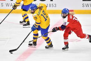 Sveriges Sara Hjalmarsson jagas av Tjeckiens – numera Brynäs – Katerina Mrazova i VM-mötet i april. Bild: Jonas Ekströmer/TT