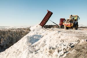 Snön körs bland annat till snötippen vid Lillsjön.  Där ligger över 200 000 kubik snö. Det är ändå bara hälften mot 2012.