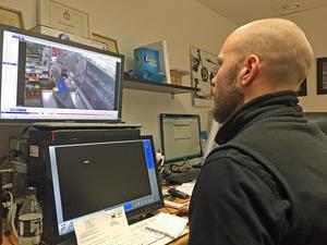 Linus Brostedt, Ica supermarket Viksäng, hittar snattare med hjälp av övervakningsfilmen.