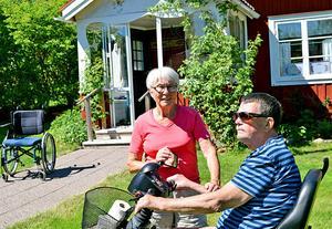 – Vi är viktiga för varandra, säger Berit och Torbjörn, som bor i en släktgård i Västerfors, i ett hus som de byggt om och anpassat efter sina behov.