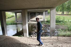 Roger van Bergen tycker att miljön under Skarpskyttebron passar för aktiviteter som till exempel vågsurfning.