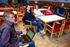 Kyrkskolans rektor Fredrik Hedlund var med diskuterade den framtida utvecklingen av skolorna. Men få föräldrar kom till samrådsmötet i Söderbärke Folkets hus.