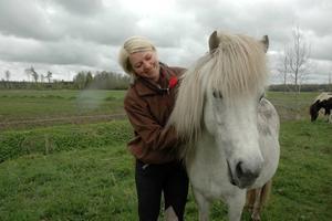 """OVANLIGT. Sex män och två kvinnor finns bland bönderna som presenteras i TV4. """"Det är ju ganska ovanligt med singeltjejer på gårdar. Jag bjuder på mig själv och kan prata om det mesta"""", säger Thilde Höök om sin medverkan i programmet."""