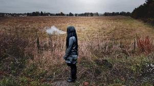 Saga från Kumla misshandlades svårt av 17-åringen när hon var på väg hem till sin bostad. Han slog henne till marken med en grov pinne och misshandeln fortsatte sedan när hon låg ned.