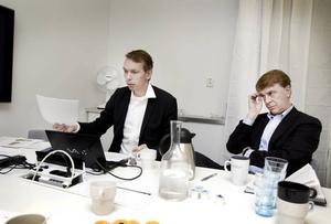 KORTEN PÅ BORDET. Thomas Bergfjord, vd för Electroengine, och Per Anders Fasth, chief financial officer,                  visade på onsdagen upp delar av det som de hävdar ger dem rätt om vad Teknikparken har utlovat. Ett av projekten innefattar enligt dem bland annat en eldriven buss som Gävle                  kommun skulle köpa av företaget.