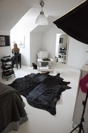Andromeda har lika svart/vitt på sitt rum som i resten av lägenheten.