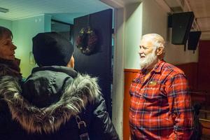 Lennart Hamnerud, ordförande för Folkets Hus  i Ytterhogdal, tackar av besökare som precis sett musikalen.