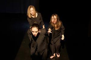 Nayla Espinosa,  Linn Höglund och Emma Carlsson. Fotograf: Shoko Leijonberg