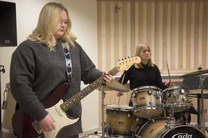 Julia Bergman och Hannah Elfving i replokalen på Nola med sitt band Black Attire.