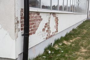 Fasadputsen på Ösmo simhall har släppt på flera ställen.