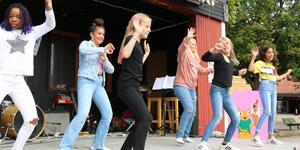 Victoria Etiosa, Lorin Kurt, Nova Klingström, Ebba Blank, Nelly Björklund och Ahin Kalesh framför ett dansnummer till Uptown funk.