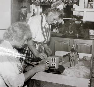 Två okända damer bygger pepparkakshus 1993. Observera den tidstypiska hemsydda (?) hårsnodden på den stående kvinnan. Har ni märkt att de kommit tillbaka? Foto: Rolf Hamberg