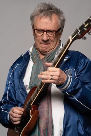 På nya skivan har Mats Ronander både arbetat med musiker och producenter från 70- till 90-tal, men också