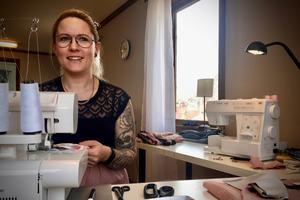 """Nyligen skaffade hon sig en helt ny maskin, med många fler funktioner än den gamla. """"Då blev det ännu roligare att sy"""", säger Camilla Ring."""