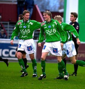 Göran Bergort och Lasse Nilsson firar ett mål, säsongen 2001.