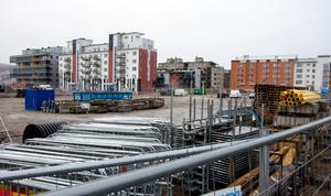 På en av de lediga tomterna ville Lillskär bygga bostadsrätter, men företaget stoppade projektet i slutet av sommaren.