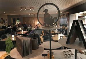 Att Högbo Brukshotell fick Gästriklands högsta betyg av Krogpatrullen förra året och dessutom kammade hem två tunga priser på Guldtjädergalan i maj är svårt att missa vid ett besök. De tunga tjädrarna och diplomen har förärats ett litet podium på bästa plats mitt i restaurangens berömda dessertbord.