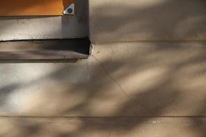 Sprickor på fasaden.