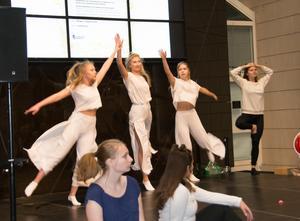 En dansgrupp från Sundsvalls KUlturskola uppträder i Kulturmagasinet vid kommunens årliga stipendieutdelning.