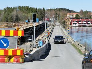 Det blir till att köra betydligt längre än planerat på gamla Litsbron, innan den nya intill blir klar.