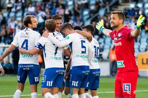 Christoffer Nyman jublar med lagkamrater efter 3-0 och Örebros målvakt Oscar Jansson reagerar. Foto: Bildbyrån