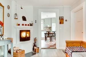 Huset i norra Lunger har flera eldstäder, redan i hallen finns det möjlighet att tända en värmande brasa. Foto: Johan Blomquist, Bostadsfotograferna