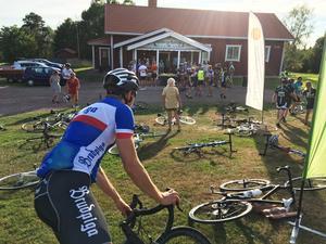 Gräsmattan fylldes med cyklar och fikasugna cyklister  när torsdagens tur i Leksandsrundan  gjorde paus vid Lindbergs bystuga.