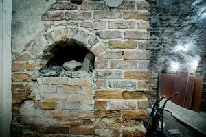 I den här delen av källarutrymmet togs med hjälp av kol 14-metoden det prov från de rester och lämningar som kan härledas till 600-talet.