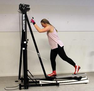 Gabriella Pålsson testar den nya crosstrainern vid Sollefteås skidgymnasium.