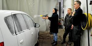 Najjiya Ibrahim och Mikael Bodin ska få lära sig tvätta bilar av  Stefan Newstam. Hittills har de mest arbetat med att sköta djur, men båda tycker det ska bli roligt med nya arbetsuppgifter.
