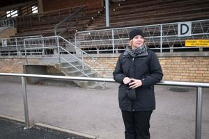 Kristin Abrahamsson är på plats och följer sina söner Arvid och Oscar som deltar i skridskoskolan för tredje året.